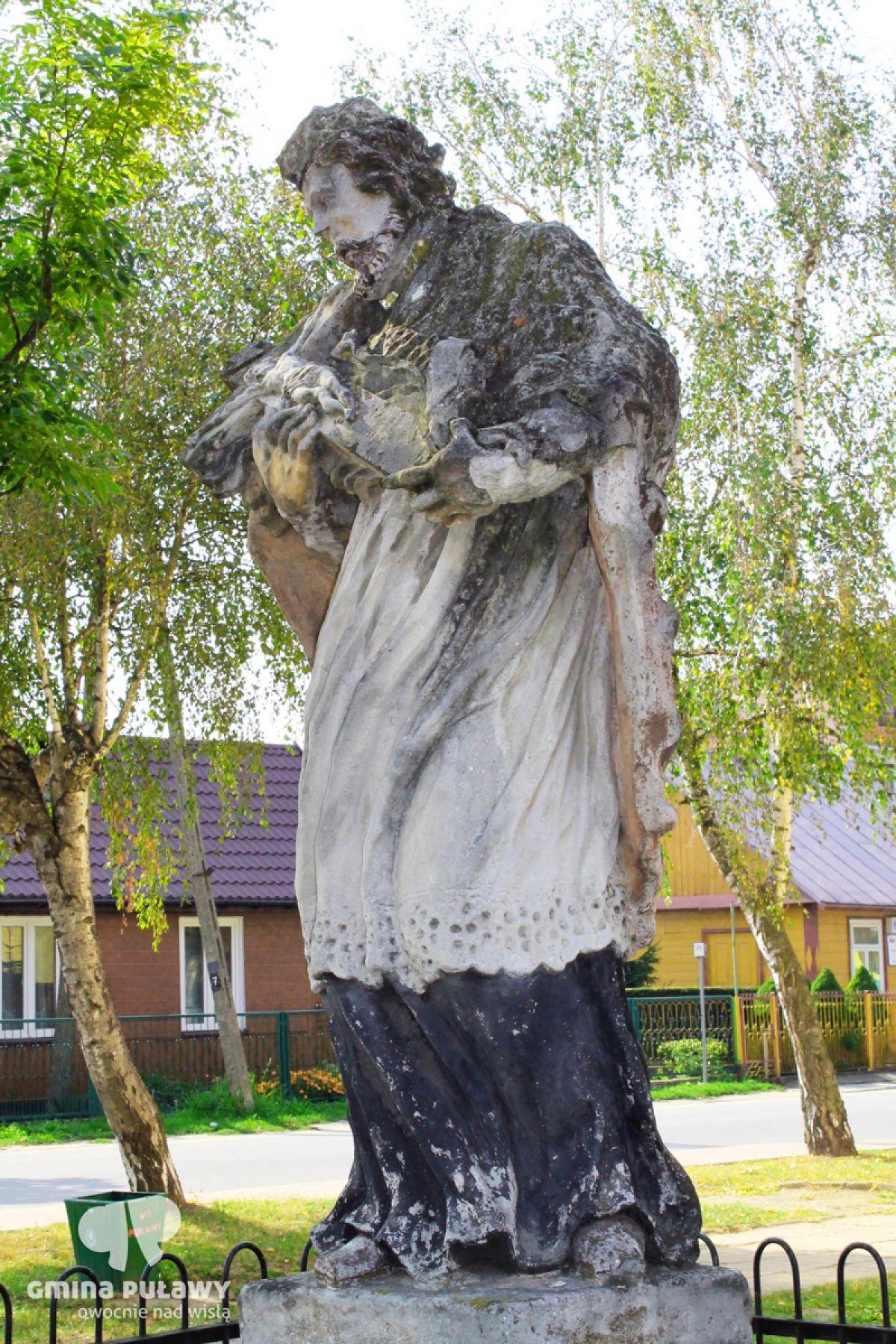 Kamienny posąg św. Jana Nepomucena w Gołębiu