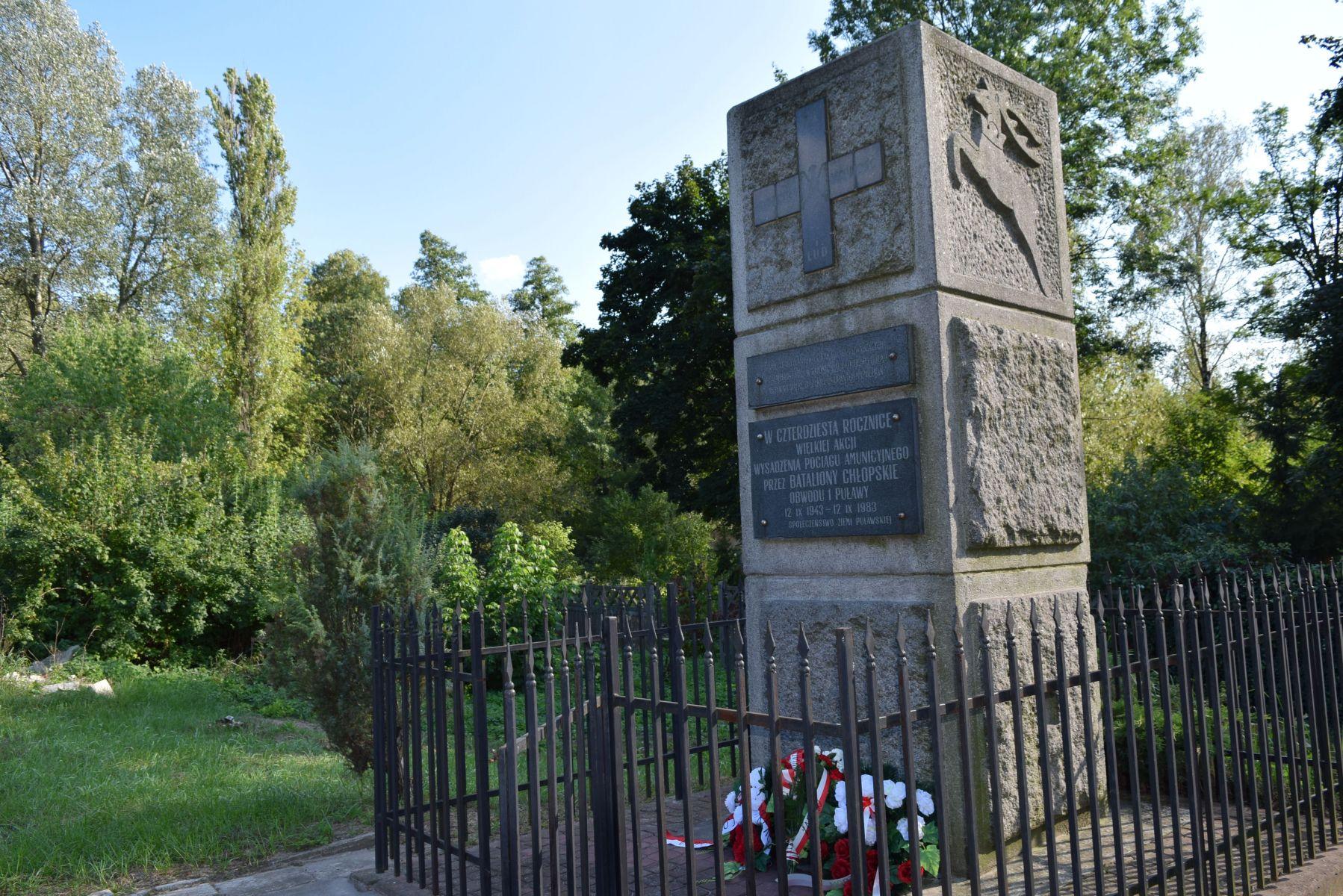 Złożenie kwiatów i zapalenie zniczy pod pomnikiem w Gołębiu